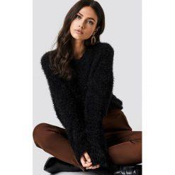 NA-KD Puchaty sweter z szerokim rękawem - Black. Czarne swetry damskie NA-KD, z materiału, z okrągłym kołnierzem. Za 141.95 zł.