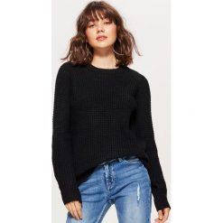 Sweter z drobnym splotem - Czarny. Czarne swetry damskie Cropp, ze splotem. Za 59.99 zł.