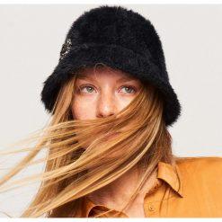 Pluszowy kapelusz z broszką - Czarny. Czarne czapki i kapelusze damskie Reserved. Za 69.99 zł.