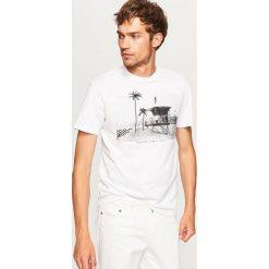 T-shirt z nadrukiem - Biały. Białe t-shirty męskie Reserved, z nadrukiem. W wyprzedaży za 24.99 zł.