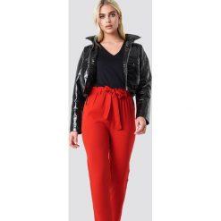 NA-KD Spodnie z wiązaniem - Red. Czerwone spodnie materiałowe damskie NA-KD, w paski, z poliesteru. Za 121.95 zł.