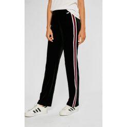 Guess Jeans - Spodnie Rina. Szare spodnie materiałowe damskie Guess Jeans. Za 369.90 zł.