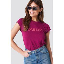 NA-KD T-shirt Darlin' - Purple. Fioletowe t-shirty damskie NA-KD, z napisami, z okrągłym kołnierzem. W wyprzedaży za 42.67 zł.