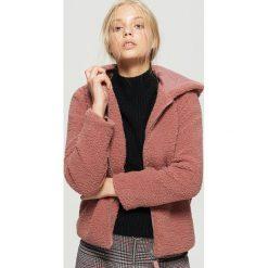 Puszysta kurtka z kapturem - Różowy. Czerwone kurtki damskie Cropp. W wyprzedaży za 69.99 zł.