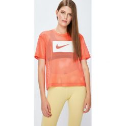 Nike Sportswear - Top 917565. Różowe topy damskie Nike Sportswear, z nadrukiem, z poliesteru, z okrągłym kołnierzem, z krótkim rękawem. Za 119.90 zł.