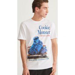 T-shirt z nadrukiem - Biały. Białe t-shirty męskie Reserved, z nadrukiem. Za 59.99 zł.