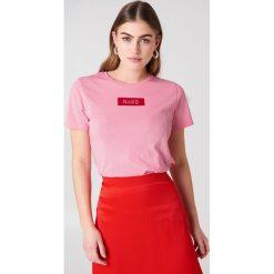NA-KD T-shirt NA-KD Logo - Pink. Różowe t-shirty damskie NA-KD, z bawełny, z klasycznym kołnierzykiem. W wyprzedaży za 42.67 zł.