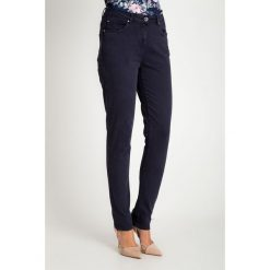 Proste granatowe spodnie z regularnym stanem QUIOSQUE. Czerwone spodnie materiałowe damskie QUIOSQUE, w paski, z bawełny. W wyprzedaży za 79.99 zł.