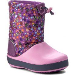 Śniegowce CROCS - Crocband Lodgepoint Graphic K 204829 Amethyst/Party Pink. Buty zimowe dziewczęce Crocs, z materiału. W wyprzedaży za 169.00 zł.
