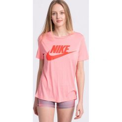 Nike Sportswear - Top. Różowe topy damskie Nike Sportswear, z nadrukiem, z dzianiny, z okrągłym kołnierzem, z krótkim rękawem. Za 139.90 zł.
