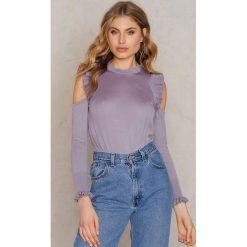 NA-KD Boho Sweter z wycięciami na ramionach i falbankami - Purple. Fioletowe swetry damskie NA-KD Boho, z wiskozy, z falbankami. W wyprzedaży za 64.78 zł.
