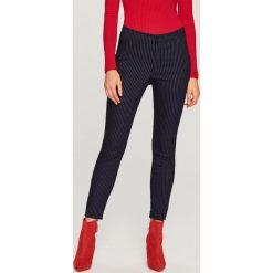 Spodnie w prążki - Granatowy. Niebieskie spodnie materiałowe damskie Reserved, w prążki. Za 99.99 zł.