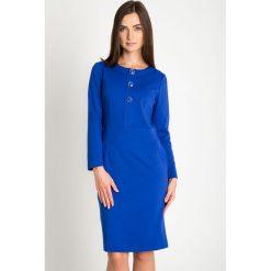 Niebieska taliowana sukienka z ozdobnymi guzikami QUIOSQUE. Niebieskie sukienki damskie QUIOSQUE, na zimę, z dzianiny, eleganckie, z dekoltem na plecach. Za 219.99 zł.