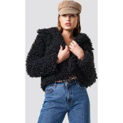 NA-KD Kurtka Curly Faux Fur - Black. Czarne kurtki damskie NA-KD, z haftami, z materiału. Za 323.95 zł.