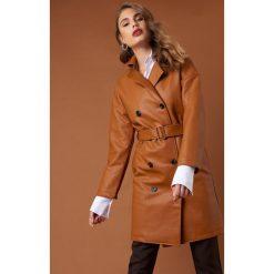 NA-KD Trend Dwurzędowy płaszcz PU - Brown. Brązowe płaszcze damskie NA-KD Trend, w paski. Za 404.95 zł.