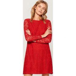 Sukienka mini z koronki - Czerwony. Czerwone sukienki damskie Mohito, w koronkowe wzory, z koronki. Za 99.99 zł.