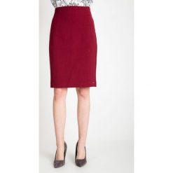 Ołówkowa bordowa spódnica QUIOSQUE. Czerwone spódnice damskie QUIOSQUE, z dzianiny, klasyczne. W wyprzedaży za 96.00 zł.