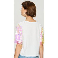T-shirt z połyskującą aplikacją na rękawach - Biały. Białe t-shirty damskie Sinsay, z aplikacjami. Za 59.99 zł.