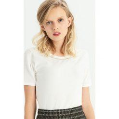 T-shirt z biżuteryjną aplikcją - Kremowy. Białe t-shirty damskie Sinsay. Za 24.99 zł.