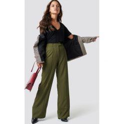 NA-KD Trend Rozszerzane spodnie - Green. Zielone spodnie materiałowe damskie NA-KD Trend. Za 121.95 zł.