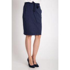 Granatowa spódnica z wiązaniem w pasie QUIOSQUE. Szare spódnice damskie QUIOSQUE, na lato, z haftami, z bawełny. W wyprzedaży za 39.99 zł.