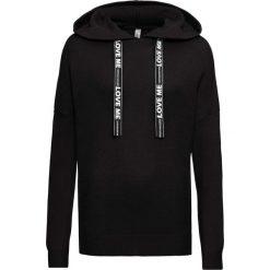 Sweter dzianinowy z drukowanymi paskami bonprix czarny. Swetry damskie marki bonprix. Za 89.99 zł.