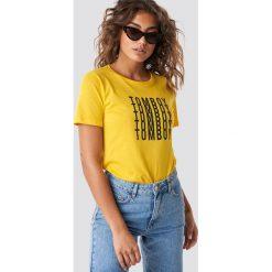 Astrid Olsen x NA-KD T-shirt Tomboy - Yellow. Żółte t-shirty damskie Astrid Olsen x NA-KD, z nadrukiem, z okrągłym kołnierzem. Za 72.95 zł.