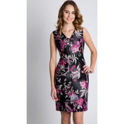 Dopasowana sukienka z dekoltem w literkę V BIALCON. Czerwone sukienki damskie BIALCON, w kwiaty, z satyny, eleganckie, z dekoltem w serek. W wyprzedaży za 167.00 zł.