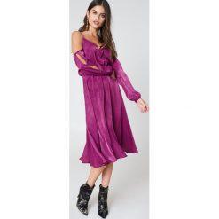 NA-KD Sukienka z dekoltem V i wycięciami na ramionach - Purple. Fioletowe sukienki damskie NA-KD, z poliesteru, z długim rękawem. W wyprzedaży za 60.89 zł.