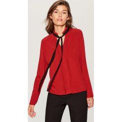 Koszula z kontrastowym wiązaniem - Czerwony. Czerwone koszule damskie Mohito, z kontrastowym kołnierzykiem. W wyprzedaży za 49.99 zł.