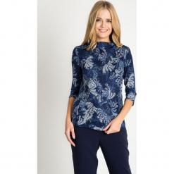 Granatowa bluzka ze stójką ze wzorem QUIOSQUE. Białe bluzki damskie QUIOSQUE, w jednolite wzory, z dzianiny, ze stójką, z krótkim rękawem. W wyprzedaży za 69.99 zł.