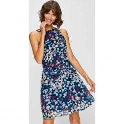 Answear - Sukienka Garden of Dreams. Szare sukienki damskie ANSWEAR, z materiału, casualowe, z okrągłym kołnierzem, na ramiączkach. W wyprzedaży za 139.90 zł.
