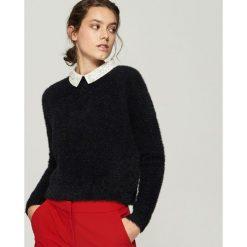 Sweter z aplikacją na kołnierzu - Czarny. Czarne swetry damskie Sinsay. Za 79.99 zł.