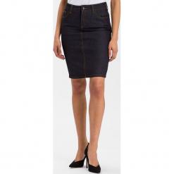 """Dżinsowa spódnica """"Rosie"""" w kolorze granatowym. Niebieskie spódnice damskie Cross Jeans, z aplikacjami, z denimu. W wyprzedaży za 104.95 zł."""
