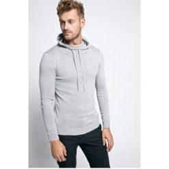Guess Jeans - Sweter. Szare swetry przez głowę męskie Guess Jeans, z aplikacjami, z bawełny, z kapturem. W wyprzedaży za 139.90 zł.