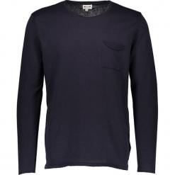 Sweter w kolorze granatowym. Niebieskie swetry przez głowę męskie Mustang, z okrągłym kołnierzem. W wyprzedaży za 99.95 zł.