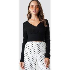 NA-KD Krótki sweter - Black. Czarne swetry damskie NA-KD, z dzianiny, z kopertowym dekoltem. Za 141.95 zł.
