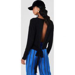 NA-KD Sweter z wiązaniem z tyłu - Black. Czarne swetry damskie NA-KD, z dzianiny, z dekoltem na plecach. Za 100.95 zł.