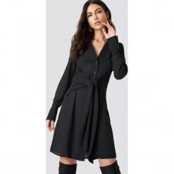 NA-KD Sukienka z wiązaniem w talii - Black. Czarne sukienki damskie NA-KD, w paski, z materiału. Za 161.95 zł.
