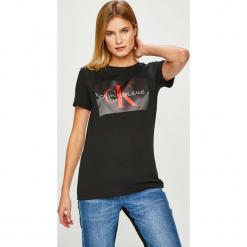 Calvin Klein Jeans - Top. Szare topy damskie Calvin Klein Jeans, z nadrukiem, z bawełny, z okrągłym kołnierzem, z krótkim rękawem. Za 229.90 zł.