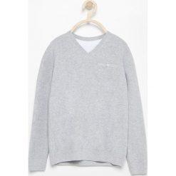 Sweter z dekoltem w serek - Jasny szar. Szare swetry damskie Reserved, z dekoltem w serek. Za 79.99 zł.