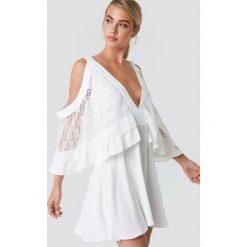 Trendyol Sukienka mini z koronkowymi detalami - White. Białe sukienki damskie Trendyol, w kolorowe wzory, z koronki. W wyprzedaży za 97.17 zł.