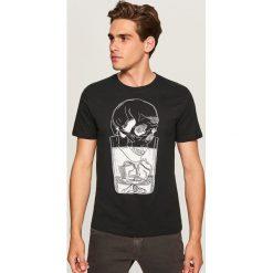 T-shirt z nadrukiem - Czarny. Czarne t-shirty męskie Reserved, z nadrukiem. Za 39.99 zł.