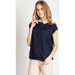 Granatowa bluzka z ozdobnym kołnierzykiem QUIOSQUE. Szare bluzki damskie QUIOSQUE, w ażurowe wzory, z wiskozy, biznesowe, z krótkim rękawem. W wyprzedaży za 49.99 zł.