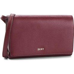 Torebka DKNY - Bryant Wallet On A String R8353622 Blood Red XOD. Czerwone listonoszki damskie DKNY, ze skóry. Za 639.00 zł.