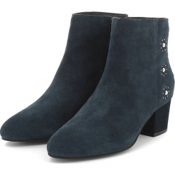 Skórzane botki w kolorze granatowym. Niebieskie botki damskie Apolina, ze skóry. W wyprzedaży za 318.95 zł.