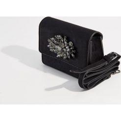 Torebka na ramię z biżuteryjną aplikacją - Czarny. Czarne torby na ramię damskie Mohito. Za 99.99 zł.