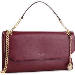 Torebka DKNY - Bryant Envelope Clutch R74G3011 Blood Red XOD. Czerwone torebki do ręki damskie DKNY, ze skóry. Za 939.00 zł.