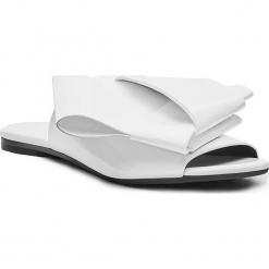 Skórzane klapki w kolorze białym. Białe klapki damskie Stella Luna, z lakierowanej skóry. W wyprzedaży za 545.95 zł.