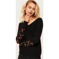 Sweter z haftem - Czarny. Czarne swetry damskie House. Za 89.99 zł.